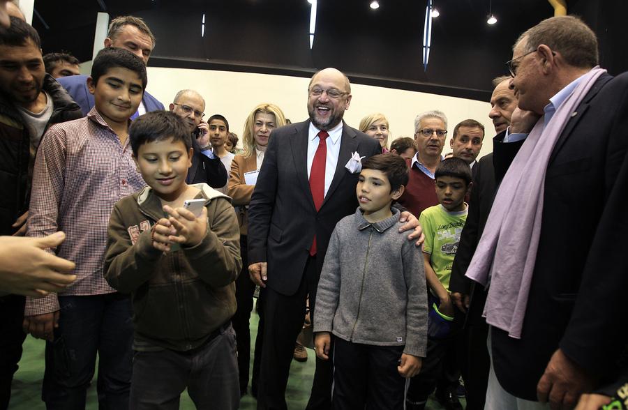 Ο πρόεδρος του Ευρωπαϊκού Κοινοβουλίου Μάρτιν Σουλτς (K) στέκεται να φωτογραφηθεί από παιδιά προσφύγων  κατά την επίσκεψή του στο προσωρινό κέντρο φιλοξενίας προσφύγων στο Γαλάτσι, συνοδευόμενος από τον αναπληρωτή υπουργό Μεταναστευτικής Πολιτικής Γιάννη Μουζάλα, Αθήνα, την Τετάρτη 4 Νοεμβρίου 2015. ΑΠΕ-ΜΠΕ/ΑΠΕ-ΜΠΕ/ΣΥΜΕΛΑ ΠΑΝΤΖΑΡΤΖΗ