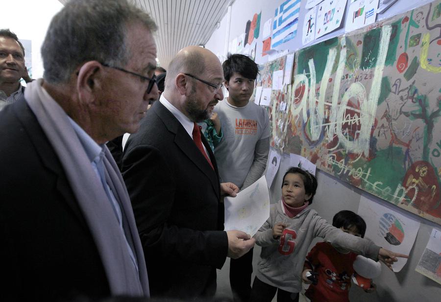 Ο πρόεδρος του Ευρωπαϊκού Κοινοβουλίου Μάρτιν Σουλτς (2Α) μιλάει με παιδιά προσφύγων κατά την επίσκεψή του στο προσωρινό κέντρο φιλοξενίας προσφύγων στο Γαλάτσι, συνοδευόμενος από τον αναπληρωτή υπουργό Μεταναστευτικής Πολιτικής Γιάννη Μουζάλα (Α), Αθήνα, την Τετάρτη 4 Νοεμβρίου 2015.  ΑΠΕ-ΜΠΕ/ΑΠΕ-ΜΠΕ/ΣΥΜΕΛΑ ΠΑΝΤΖΑΡΤΖΗ