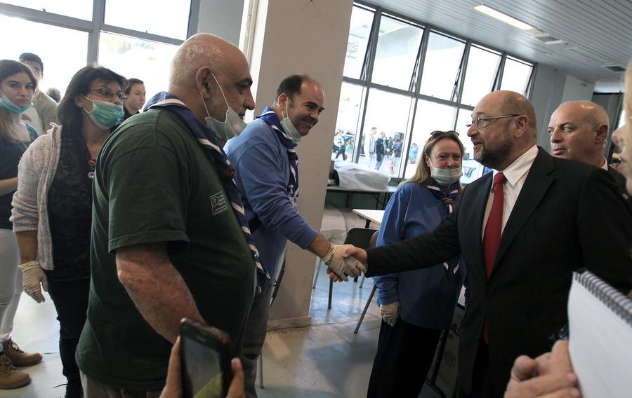 Ο πρόεδρος του Ευρωπαϊκού Κοινοβουλίου Μάρτιν Σουλτς (Δ) χαιρετάει τους εθελοντές κατά την επίσκεψή του στο προσωρινό κέντρο φιλοξενίας προσφύγων στο Γαλάτσι, συνοδευόμενος από τον αναπληρωτή υπουργό Μεταναστευτικής Πολιτικής Γιάννη Μουζάλα, Αθήνα, την Τετάρτη 4 Νοεμβρίου 2015. ΑΠΕ-ΜΠΕ/ΑΠΕ-ΜΠΕ/ΣΥΜΕΛΑ ΠΑΝΤΖΑΡΤΖΗ